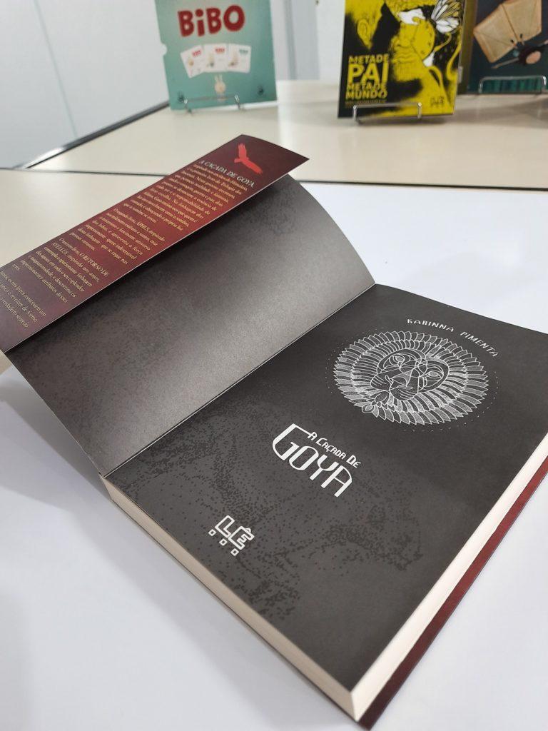 Livro A caçada de Goya aberto. Imagem ilustrativa texto partes do livro.