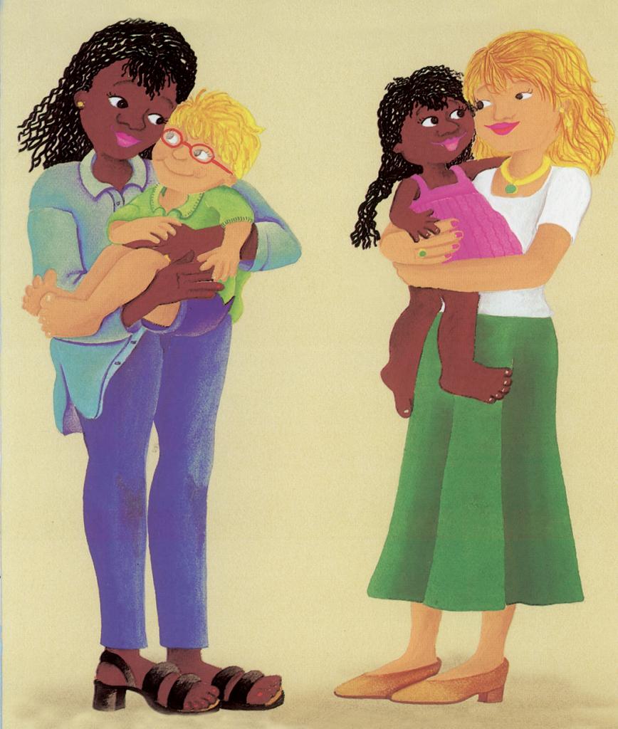 Mãe negra com menino loiro e mãe loira com menina negra no colo. Página 23 do livro A cor da vida. Imagem ilustrativa texto união entre povos.