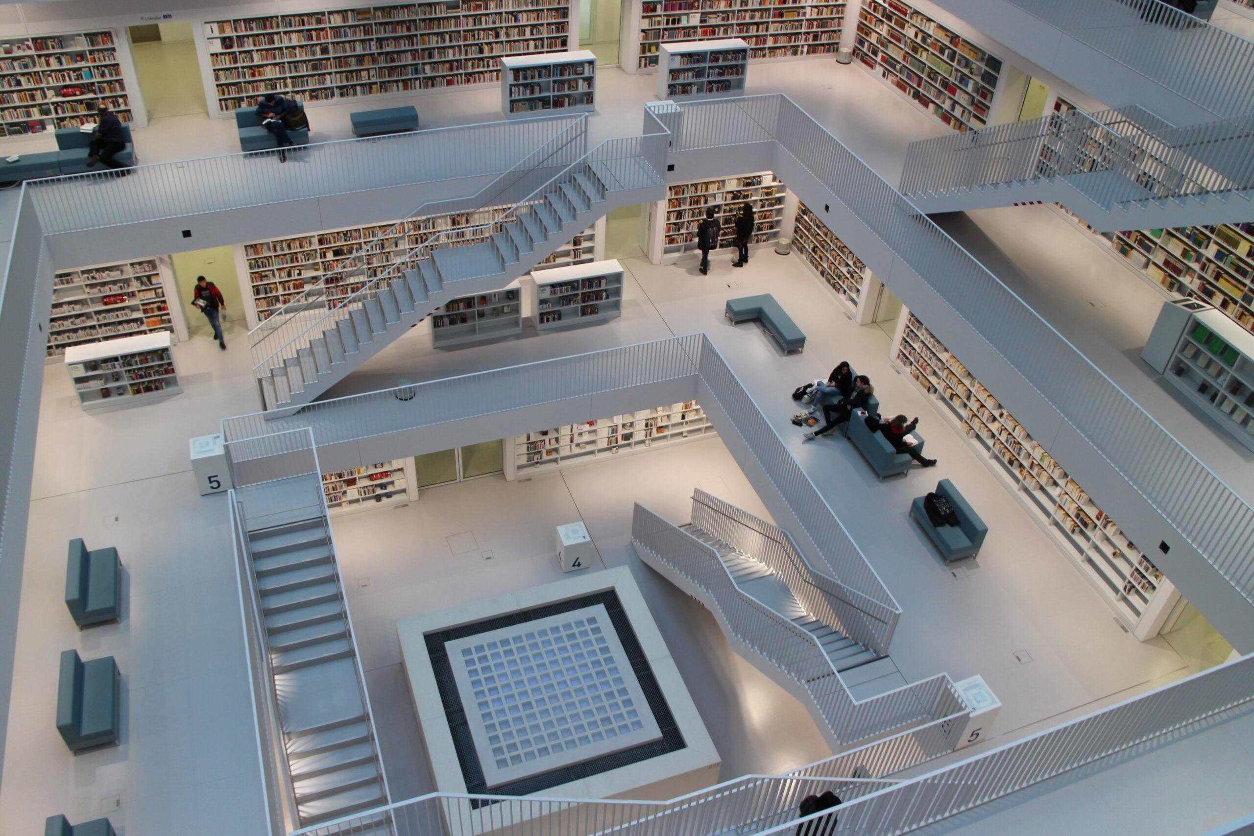 Interior da Biblioteca Municipal de Stuttgart. Imagem ilustrativa texto bibliotecas mais bonitas do mundo.