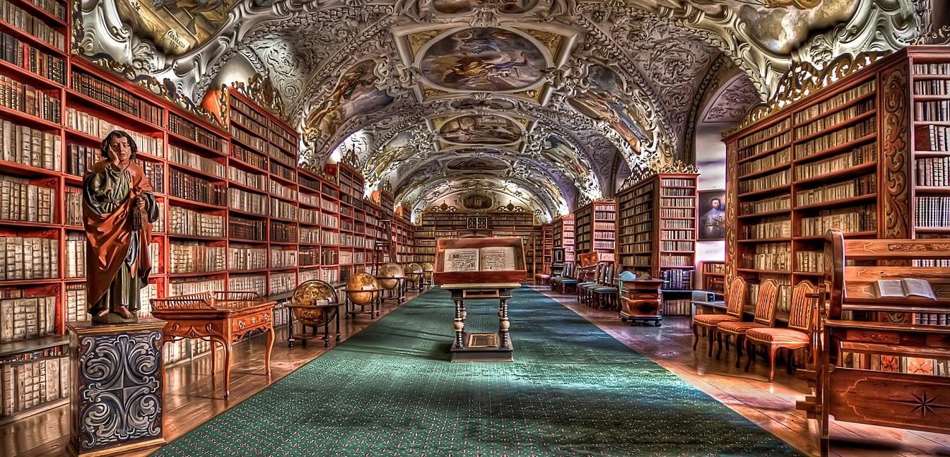 Interior da Biblioteca Strahov, com imagem de santo, globos terrestres e teto pintado. Imagem ilustrativa texto bibliotecas mais bonitas do mundo.