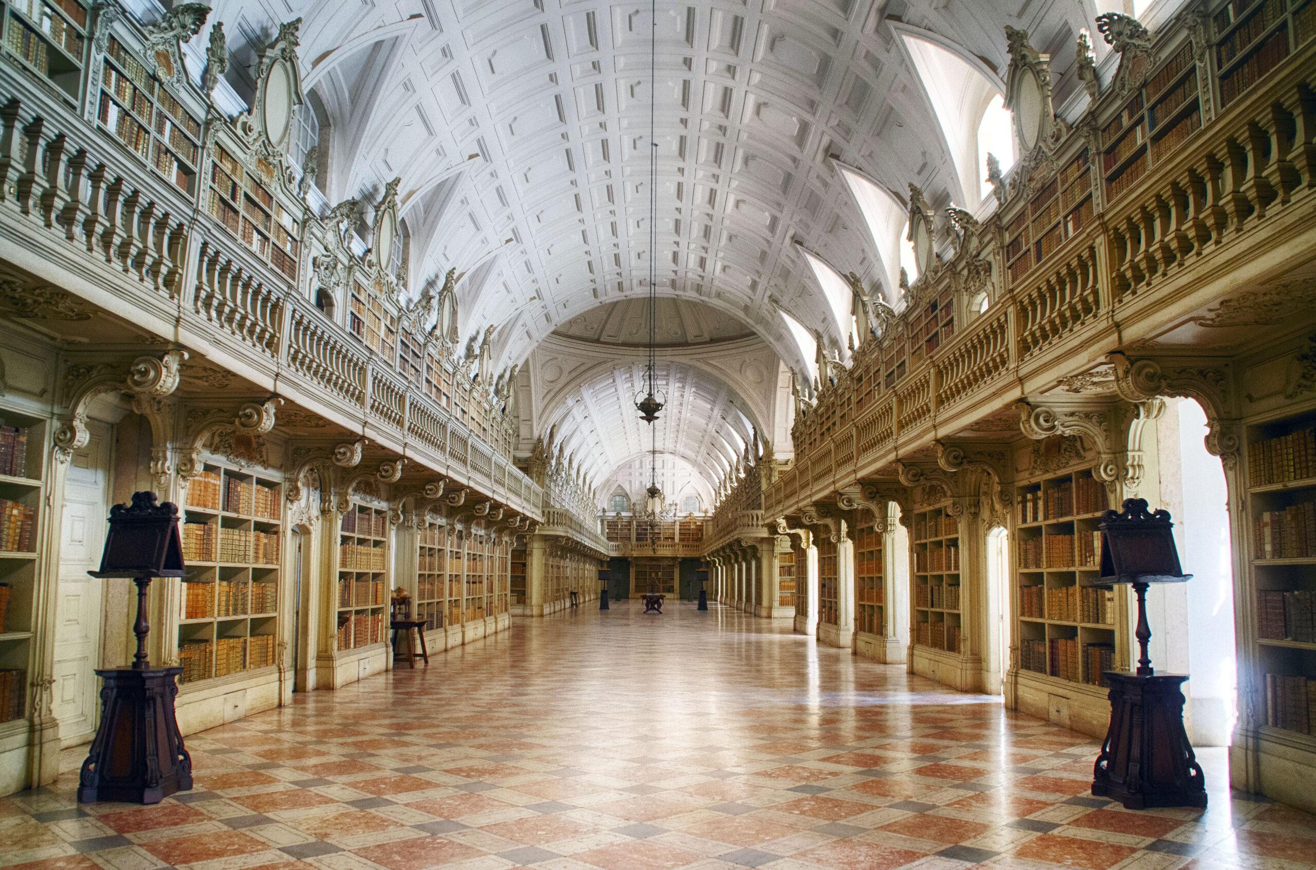 Corredor da Biblioteca do Palácio Nacional de Mafra. Imagem ilustrativa texto bibliotecas mais bonitas do mundo.