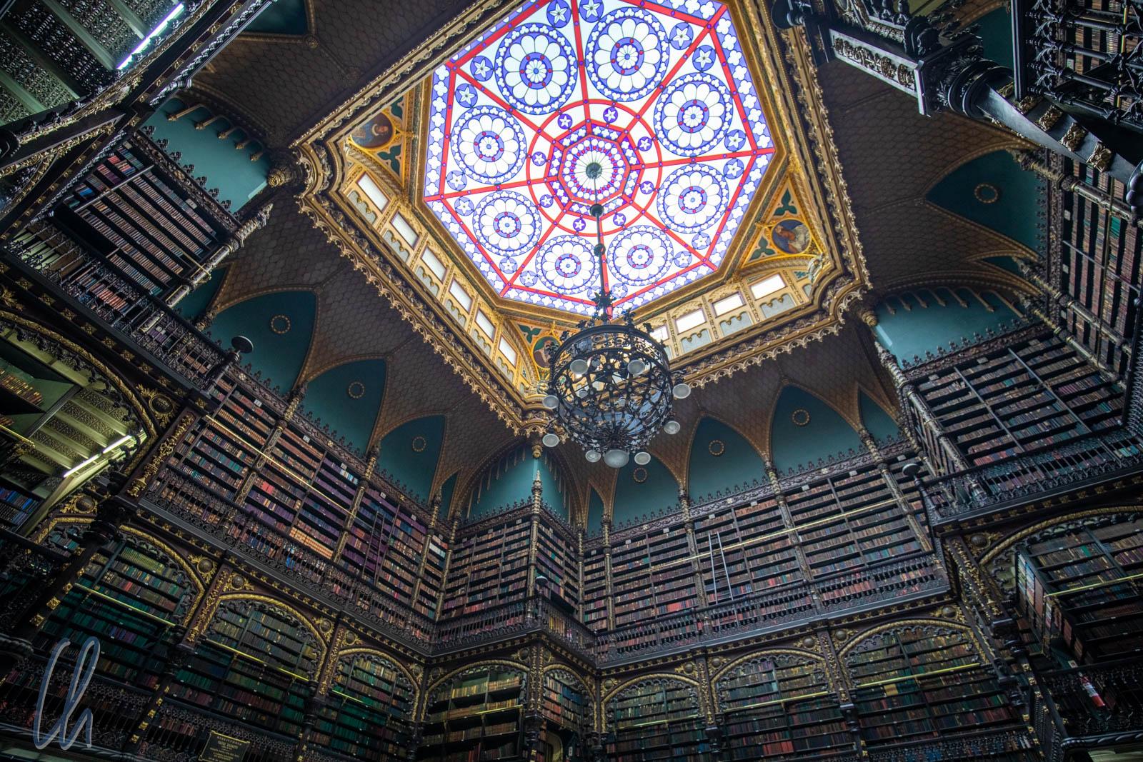 Lustre e vitrais do teto do Real Gabinete Português de Leitura (RGPL).